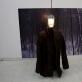 """Bakalauro semestrinis darbas. Fotografija su miško vaizdu, """"paltas"""" sukonstruotas iš metalinio tinklo ir aplipdytas durpėmis, lempa. 2010"""