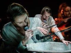 """Viktorija Kuodytė ir Asta Zacharovaitė spektaklyje """"Žmogus iš žuvies"""". L. Vansevičienės nuotr."""