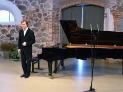 Andrius Žlabys prie naujo fortepijono