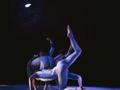 Baltas šokis balto meno fone