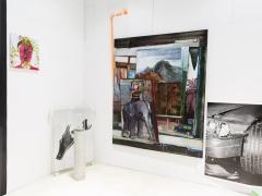 """Paroda """"The Big Picture"""". Iš kairės Adomo Danusevičiaus paveikslas """"Thou Art That"""", Visvaldo Morkevičiaus fotografija """"The Edge"""" iš serijos """"Smala"""". Ant žemės stovi Tomo Daukšos skulptūra """"Pirmieji sniegažmogiai"""". Didžiausias paveikslas ant sienos – Auksės Miliukaitės """"Beieškodama kūrinio prasmės, įžengiau į dienos šviesą"""", greta jo – V. Morkevičiaus fotografija """"Stroke"""" iš serijos """"Smala"""". M. Žičiaus nuotr."""