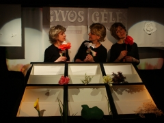 Trys aktorės gėlių karalystėje