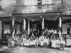 Antakalnio vaikų prieglauda Vasaros g. 7. 1917 m. Viduryje iš kairės: Kostas Daunoras, Pranas Bieliauskas, Jonas Tamulevičius. A. Jurašaitytės nuotr. LNM nuos.