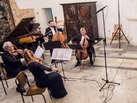 Valstybinis Vilniaus kvartetas (Dalia Kuznecovaitė, Artūras Šilalė, Augustinas Vasiliauskas) ir Dainius Rudvalis. LNF nuotr.