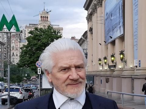 Jonas Vaitkus prie Lesios Ukrainkos nacionalinio akademinio rusų dramos teatro. Asmeninio archyvo nuotr.