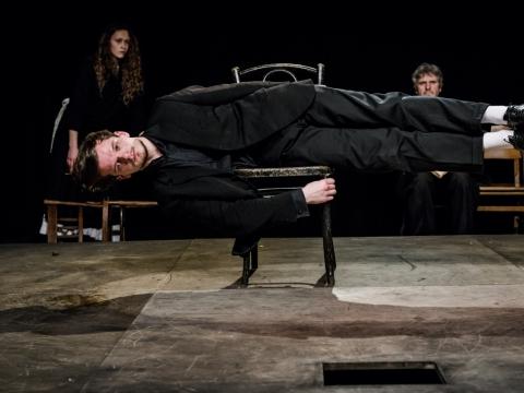 """Džiugas Grinys spektaklyje """"Miego brolis"""". L. Vansevičienės nuotr."""