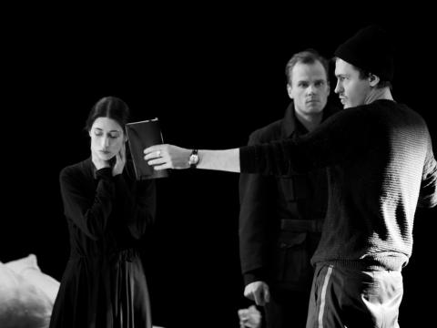 """Fausta Semionovaitė, Saulius  Čiučelis ir Povilas Makauskas spektaklio """"Trojietės"""" repeticijoje. D. Stankevičiaus nuotr."""