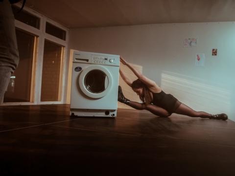 """Greta Grinevičiūtė spektaklyje """"Šokis skalbimo mašinai ir mamai"""". D. Putino nuotr."""