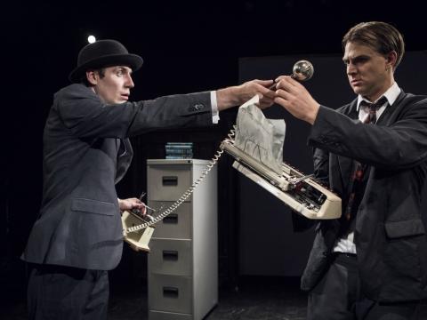 "Gytis Laskovas ir Balys Ivanauskas spektaklyje ""Kafka Insomnia"". D. Stankevičiaus nuotr."