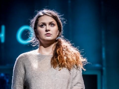 """Juliana Volodko (Nastia) ir vienas iš vaikiškų personažų spektaklyje """"Kalniukas"""". D. Matvejevo nuotr."""