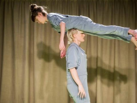 "Julietta Birkeland ir Jenny Soddu spektaklyje ""Tvarkos diena"". D. Matvejevo nuotr."