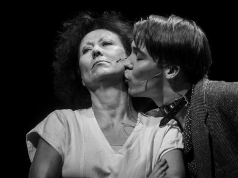 """Nelė Savičenko ir Denisas Kolomyckis pjesės """"Melancholija ir demonstracijos"""" skaityme. D. Matvejevo nuotr."""