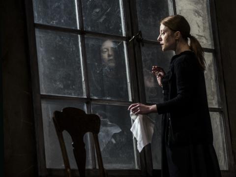 """Rasa Samuolytė (Herta) spektaklyje """"Didvyrių aikštė"""". D. Matvejevo nuotr."""