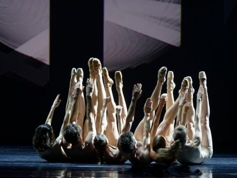 """Scena iš šokio kompozicijos """"NEjuoda"""". M. Aleksos nuotr."""