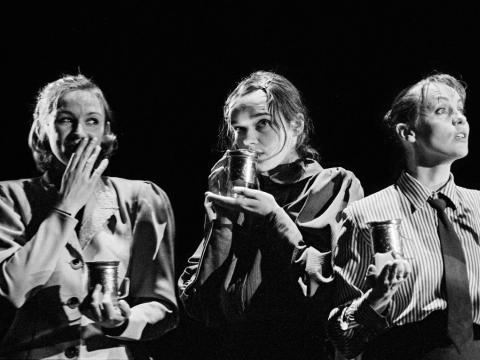 """Viktorija Kuodytė, Aldona Bendoriūtė ir Dalia Michelevičiūtė spektaklyje """"Trys seserys"""". D. Matvejevo nuotr."""