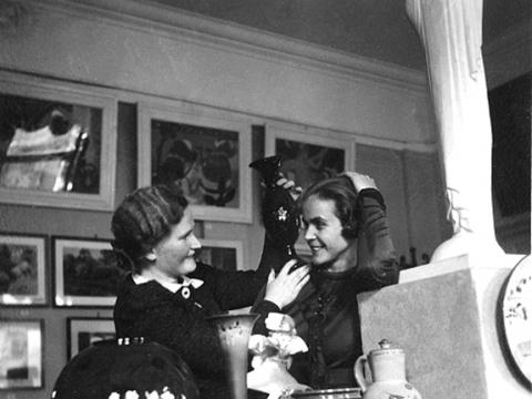 Keramikė Bronė Baukutytė ir grafikė Veronika Šleivytė dailininkių parodoje . 1937 m. Ievos Burbaitės nuosavybė. Nežinomas fotografas