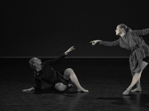 """Agnietė Lisičkinaitė (kairėje) ir Sigita Juraškaitė, spektaklio eskizas """"Moteris=?"""". A. Kacelavičiaus nuotr."""