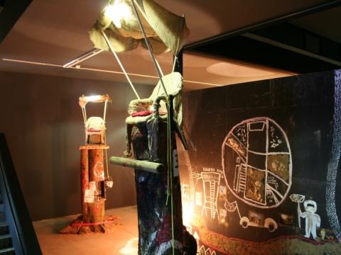 """Christoph Schlingensief, intervencijos """"Baimės bažnyčia. Pirmasis sėdėjimo ant kuolo konkursas"""" 50-ojoje Venecijos bienalėje fragmentas. 2003 m."""