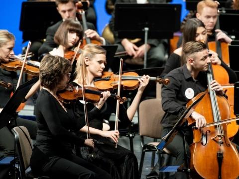 """Bendras """"Concertgebouw"""" ir LMTA orkestras, Marija Pranskutė (antra iš kairės), Deividas Dumčius (trečias iš kairės). M. Aleksos nuotr."""