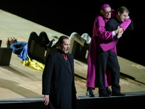 "Askaras Abdrazakovas, Česlovas Nausėda, Liudas Mikalauskas operoje ""Don Karlas"". M. Aleksos nuotr."