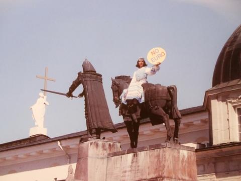 """Eglė Rakauskaitė (Rakė), Katedros aikštė, neįvykusi akcija """"No Euro"""". Fragmentas. 2013 m."""