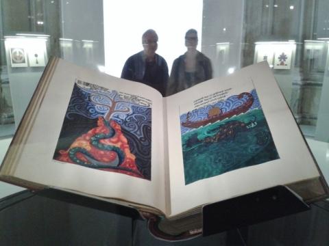 """Karl Gustav Jung, """"Raudonoji knyga"""". Apie 1914-1930 m. Instaliacijos vaizdas parodoje """"Enciklopediniai rūmai"""", Venecijos bienalė"""