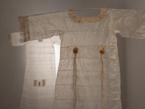 """Lina Ringelienė, """"Marškiniai Juditai"""" (gyvūninės kilmės žarnos, linas, šilkas, rožių spygliai, vėžio kiautas, dygliavaisis virkštenis, adinuke siuvinėtas audinys, plunksnos, viskozė). 2014 m. A. Barysienės nuotr."""