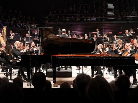 "Festivalio ""MusicaNova"" atidarymo koncertas. Pianistės Katia ir Marielle Labèque su Helsinkio filharmonijos orkestru, diriguoja Peter Rundel"