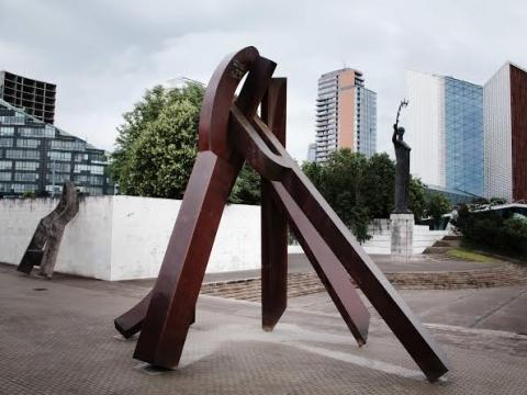 """Mindaugo Navako parodos """"Šlovė buvo ranka pasiekiama"""" lauko ekspozicijos fragmentas. 2014 m. Nacionalinė dailės galerija"""