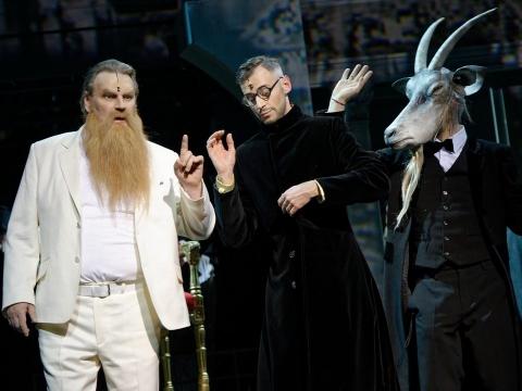 """Liudas Norvaišas (Dievas), Mindaugas Jankauskas (Šėtonas), Tomas Dapšauskas (Ožys) operoje """"Post futurum"""". M. Aleksos nuotr."""