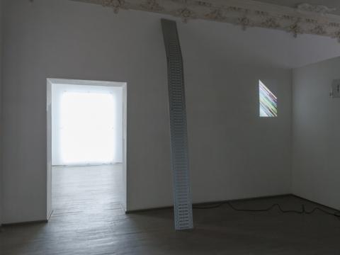"""Ignas Krunglevičius, ekspozicijos vaizdas (""""LCD stuburas"""", """"Vienos krypties RNR"""", """"Ištrūkimo greičio žaidimas""""). 2015 m. A. Anskaičio nuotr."""