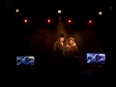 """Annamária Láng ir Juhánas Ulfsakas spektaklyje """"Tik filmuojama"""". Suomijos nacionalinio teatro archyvo nuotr."""