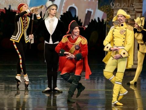 """Jonas Laucius (Citronas), Mantas Daraškevičius (Senjoras Pomidoras) balete """"Čipolinas"""". M. Aleksos nuotr."""