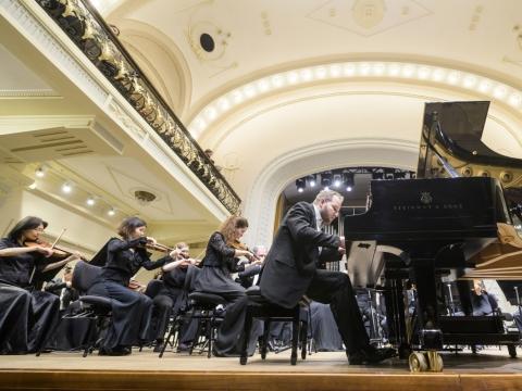 Antverpeno simfoninis orkestras ir pianistas Lukáš Vondráček. D. Matvejevo nuotr.
