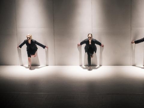 """Scena iš šokio spektaklio """"Liepsnos virš šaltojo kalno"""". D. Matvejevo nuotr."""