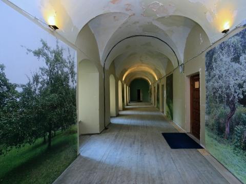 """Domininkonų vienuolyno koridorius su Patricijos Jurkšaitytės instaliacijos """"Obelų sodas"""" fragmentu, 2020 m. Vyto Nomado nuotr."""