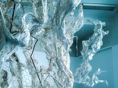 """Jenny Kristinos Nilsson skulptūrinė instaliacija """"Fragments of fragile wight"""". L. Bliškevičiaus nuotr."""