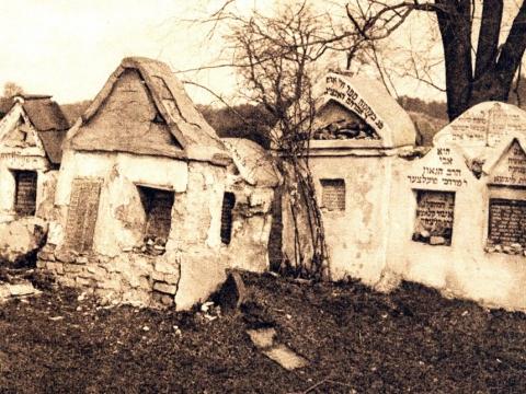 Elijahu ben Solomono Zalmano (1720–1797), Vilniaus Gaono, kapas (nuotraukos dešinėje) Senosiose Vilniaus Piramonto (Šnipiškių) žydų kapinėse