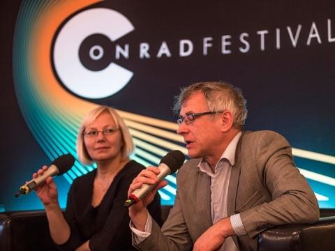 """Alvydas Šlepikas pristato knygą """"Mano vardas Marytė"""" Konrado literatūros festivalyje. Vertėjauja LR kultūros autašė Lenkijoje Rasa Rimickaitė. T. Wiecho nuotr."""