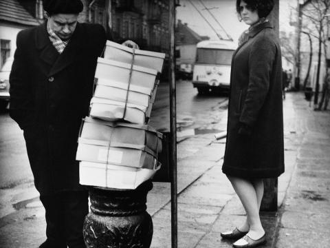 """© Antanas Sutkus, """"Autobusų stotelėje"""". 1965 m."""