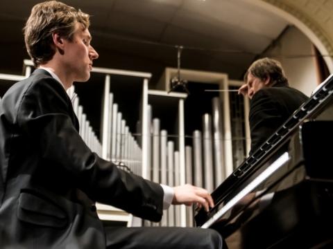 Pianistas Gabrielius Alekna ir dirigentas Christopheris Lyndon-Gee. D. Matvejevo nuotr.