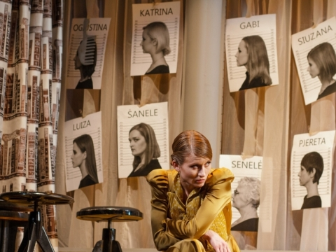 """Scena iš spektaklio """"Aštuonios mylinčios moterys"""". S. Sirutavičiaus nuotr."""