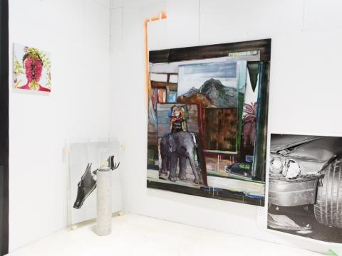 """Paroda """"The Big Picture"""". Iš kairės Adomo Danusevi�iaus paveikslas """"Thou Art That"""", Visvaldo Morkevi�iaus fotografija """"The Edge"""" iš serijos """"Smala"""". Ant žemės stovi Tomo Daukšos skulptūra """"Pirmieji sniegažmogiai"""". Didžiausias paveikslas ant sienos – Auksės Miliukaitės """"Beieškodama kūrinio prasmės, įžengiau į dienos šviesą"""", greta jo – V. Morkevi�iaus fotografija """"Stroke"""" iš serijos """"Smala"""". M. Ži�iaus nuotr."""