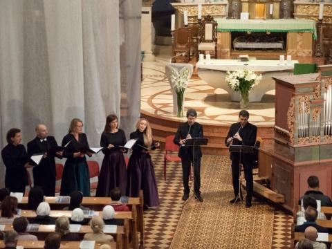 """Ansamblis ,,Canto Fiorito"""" Kretingos pranciškonų bažnyčioje. J. Klietkutės nuotr."""
