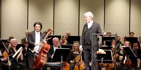 """Gautier Capuçonas, Jukka-Pekka Saraste ir Westdeutscher Rundfunk simfoninis orkestras. """"WDR Sinfonie orchester"""" nuotr."""