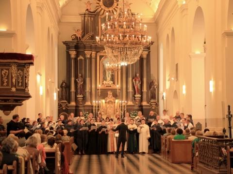 """Choro """"Cantores Montis Pacis"""" koncertas Marijampolės bazilikoje. 2018 m. K. Lapiniausko nuotr."""