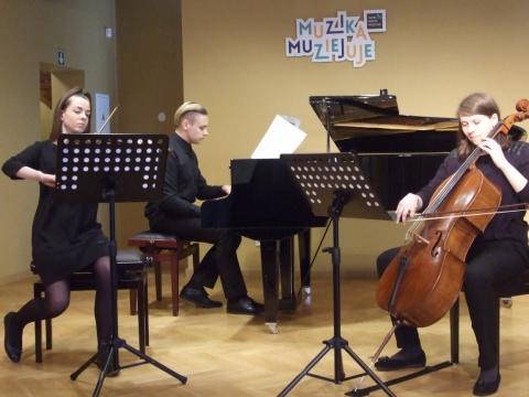 Laisvyda Leckutė (smuikas), Vaiva Sodaitytė (violončelė), Arminas Suchovas (fortepijonas). J. Ragaišienės nuotr.