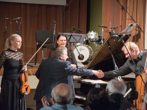 """Anatolijus Šenderovas ir fortepijoninis trio """"FortVio"""": Ingrida Rupaitė-Petrikienė, Indrė Baikštytė, Povilas Jacunskas. P. Račiūno nuotr."""