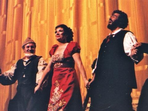 """Po spektaklio """"Toska"""": Vaclovas Daunoras, Carol Vaness (Karolina Vyšniauskaitė), Luciano Pavarotti. """"Metropoliten opera"""", 1999 m. J. Katinaitės asmeninio archyvo nuotr."""