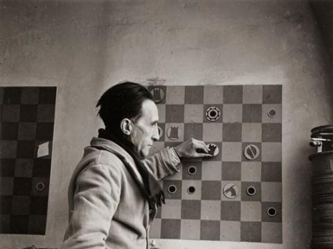 Denise Bellon, Marcelis Duchamp'as savo studijoje. 1937 m.